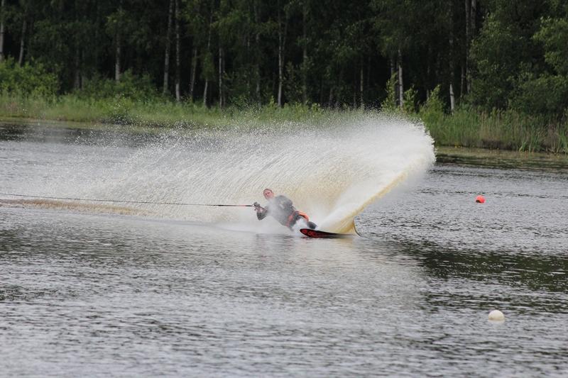 """Aizvadītajā nedēļā desmit sportisti no Latvijas piedalījās starptautiskajās ūdensslēpošanas sacensībās """"Tampere Open"""". Trīs dienas pirms sacensībām notika treniņnometne jaunajiem sportistiem, kuri bija atbraukuši no Somijas, Zviedrijas, Austrijas un Latvijas. No […]"""